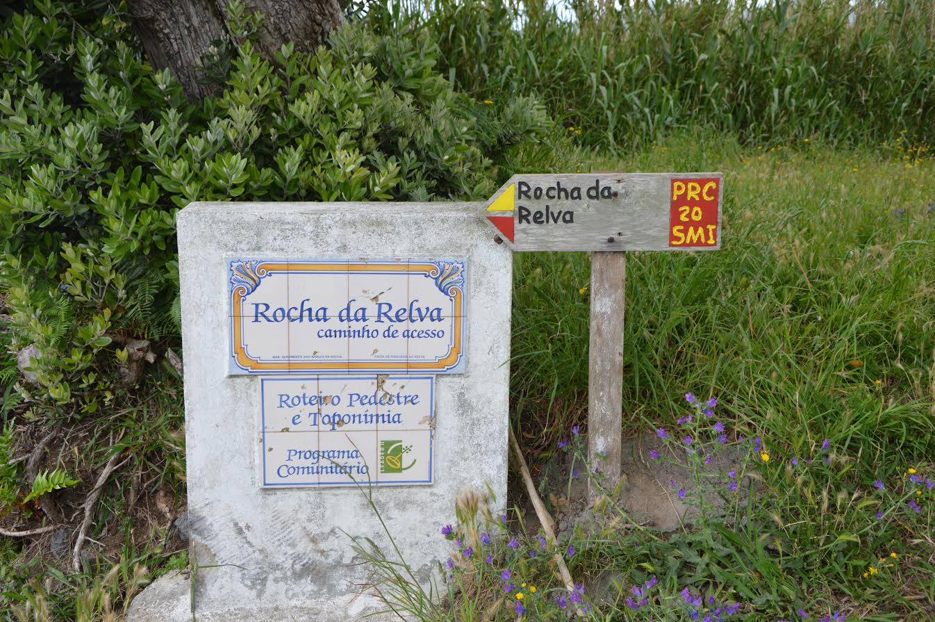 Begging of Rocha da Relva trail